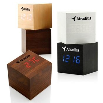 Réveil numérique en bois carré